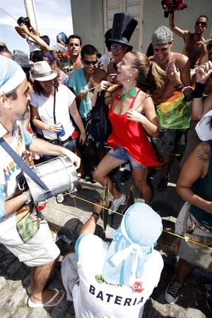 Los eventos que más público esperan son los desfiles de los 'blocos', que son comparsas de vecinos que, tras una orquesta y con sambas igualmente compuestas para la ocasión, recorren diferentes calles por toda la ciudad atrayendo personas dispuestas a bailar, mostrar un disfraz original y divertirse.
