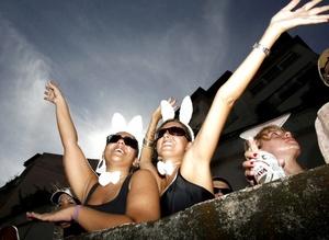 Las escenas de hombres orinando contra árboles, vehículos y paredes son muy comunes en el carnaval en Río de Janeiro debido a que, como muchas de las fiestas son callejeras y con alto consumo de cerveza, la demanda por baños se multiplica y la oferta es casi nula.
