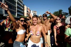 Con la temperatura en su mayor nivel en varios años y miles de animados cariocas y turistas disfrutando de fiestas callejeras desde hace una semana, Río de Janeiro abrió hoy oficialmente el carnaval más tradicional de Brasil.