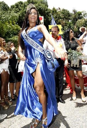 La entrega simbólica de las llaves de la ciudad al Rey Momo, acompañado por su reina y corte, dio inicio formal a las fiestas, las comparsas y los desfiles de orquestas y de escuelas de samba.