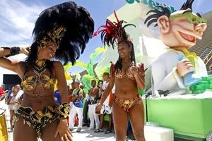 Las grandes escuelas de samba se preparaban para desfilar en el legendario sambódromo.