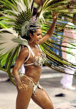 Integrantes de las escuelas de samba aprovechaban el buen tiempo y ajustaban los últimos detalles de las coreografías o de los carros alegóricos que desfilarán.