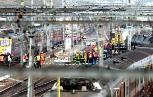 Los trenes se elevaron y cortaron cables eléctricos sobre las vías.