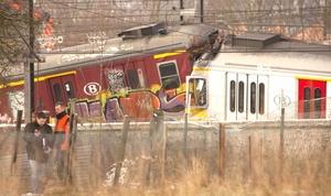 La fuerza del choque causó que un tren se encimara al otro y desgarrara los costados metálicos.