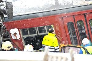 Los servicios de emergencia colaboran en las labores de rescate.