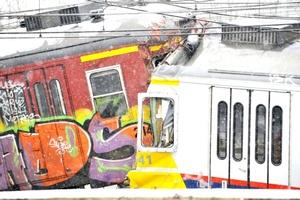 La colisión, en la hora de más tránsito matutino, desgarró el frente de un vagón y arrojó a otro de las vías.