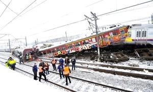 Al menos 12 personas murieron y 55 resultaron heridas el lunes al chocar de frente dos trenes interurbanos, cuando uno de ellos no se detuvo en una señal de alto en las afueras de Bruselas.