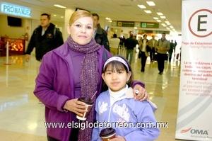 16022010 Viajero. Claudia de Pino y su hija Marla, acudieron a despedir a un familiar.