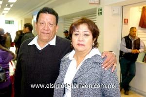 23022010 Viajero. José Romero y Mayela Rueda despidieron a su hijo en el aeropuerto.
