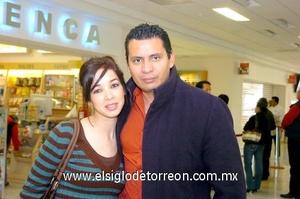 25022010 México. Ana Laura Velasco recibió a su esposo Alberto Pasillas quien regresó a casa.