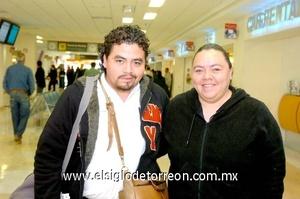25022010 México. Pablo Isaac Robles fue recibido por su hermana Araceli.