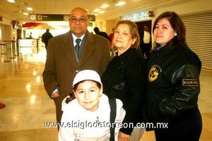 27022010 Culiacán. Mario Cabrera fue despedido por su esposa Martha, su hija y su nieta.