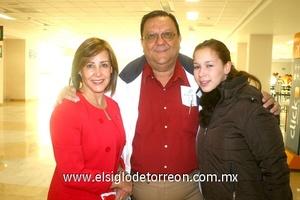 27022010 Cancún. Rocío Regalado y César Villalobos fueron despedidos por su hija Macarena.