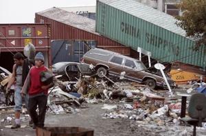 Hombres de Chile caminan en medio de los escombros.