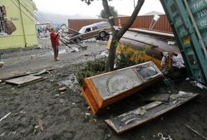 Vista de un féretro que permanece en una calle luego del terremoto en Chile.