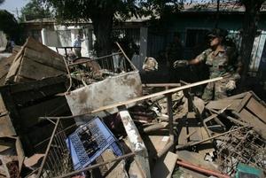 Un militar chileno recoge escombros en una zona afectada de Santiago Chile.