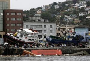 Vista general de dos barcos varados tras haber sido arrastrados por un terremoto de 8,8 grados en la escala de Richter que sacudió el centro y sur del país.