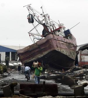 Vista general de un barco varado tras haber sido arrastrado por un terremoto en el puerto de Talcahuano, 531 kilómetros al sur de Santiago Chile.