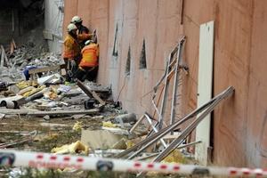 Rescatistas chilenos trabajan en las operaciones entre los escombros de un edificio residencial luego del terremoto ocurrido.
