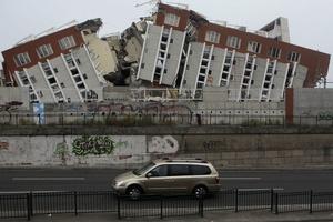 Vista general de hoy de un edificio destruido en el que bomberos trabajan buscando posibles víctimas a raíz de terremoto.