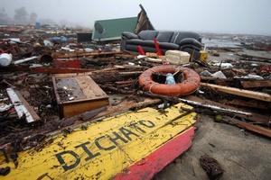 Vista de las consecuencias del paso de olas gigantes en la localidad de Dichato, 475 kilómetros al sur de Santiago Chile.