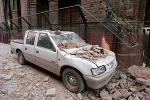Un vehículo es impactado por escombros  en Santiago Chile, tras el fuerte terremoto de 8,3 grados en la escala Richter que azotó el 80 por ciento del país.