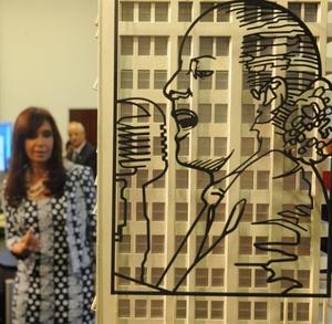 La presidenta de Argentina, Cristina Fernández, observa uno de los bocetos de dos obras artísticas que imprimirán el rostro de la segunda esposa de Juan Domingo Perón en la fachada del edificio que es sede de los Ministerios de Salud y de Desarrollo Social de Argentina en Buenos Aires.