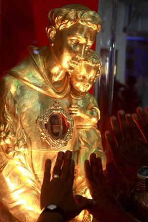 Devotos católicos ceilaneses rezan ante las reliquias de San Antonio, que se encuentran expuestas para su veneración pública en la iglesa de Kochchikade en Colombo, Sri Lanka. Las reliquias sagradas del santo portugués fueron traidas desde Padua hasta Sri Lanka, donde permanecerán durante 16 días y recorrerán numerosos lugares, como Bandarawela, Thalladi, Ratnapueta, Kandy y Jaffna, para que los católicos ceilaneses les puedan rendir su homenaje particular.