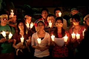 Estudiantes tibetanos participan en una concentración con velas para marcar el 51 aniversario de la fallida insurrección tibetana contra China, en Calcuta, India.