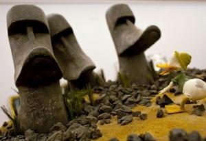 Versiones en forma de pato de las famosas estatuas de la Isla de Pascua, en la exposición Duckomenta que se puede visitar en el museo del Castillo Neuhardenberg, (Alemania).