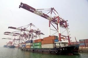 Un buque portacontenedores antes de zarpar del puerto de Qingdao, en la provincia de Shandong, en el este de China. El comercio exterior chino se disparó en el mes de febrero de 2010 un 45.2 por ciento respecto al mismo mes del año anterior, la tercera subida mensual consecutiva.