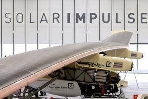 El Solar Impulse, un avión ultraligero que volará propulsado exclusivamente por la energía del sol y que tiene previsto dar la vuelta al mundo en Payerne, (Suiza).
