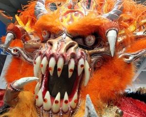 Máscara usada por un grupo de danza dominicano durante la inauguración de la Feria Internacional de Turismo ITB de Berlín (Alemania),más de 11.000 expositores procedentes de 187 países participan en esta cita, la más importante del mundo en el sector.