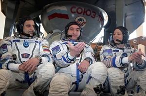 La astronauta Tracy Caldwell Dyson de Estados Unidos (dcha) y los cosmonautas rusos Alexander Skvortsov (centro) y Mijail Korniyenko (izda) antes de pasar los últimos exámenes en la réplica del Soyuz en el Centro de Entrenamiento Cosmonauta la Ciudad de las Estrellas en Moscú, Rusia, hoy 12 de marzo de 2010. Se planea que su misión comience el próximo 2 de abril de 2010.