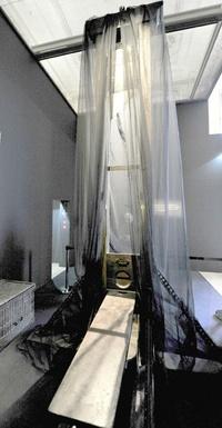 Guillotina que forma parte de la exposición Crimen y Castigo en el Museo D'Orsay en París, Francia. La exhibición se basa en un proyecto del exministro de justicia francés Robert Badinter, que logró abolir la pena de muerte en Francia y que incluye pinturas, esculturas y otros trabajos relacionados con el tema.