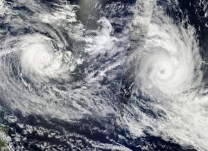 Imágenes de la NASA que muestran tormentas tropicales que pasan sobre Fiji (dcha) y las islas Solomon (izq). Fiji declaró el estado de emergencia en las regiones del norte y este hoy mientrás el ciclón tropical Tomas comenzó a alejarse de la isla del Pacífico por lo que han comenzado las labores de recuento de daños. El Gobierno afirmó que podrían desplegarse las tropas para trabajar en las labores de ayuda por el paso del ciclón, que ha provocado que unas 17.000 personas tuvieran que evacuar sus hogares por las lluvias y rachas de viento que alcanzaron una media de 175 km/h.