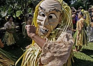 Un miembro de la tribu Mah Meri lleva una máscara tradicional mientras baila una danza tribal durante el festival Ari Muyang en la localidad de Sungai Bumbun, Pulau Carey, Selangor, a 140 kilómetros al suroeste de Malasia. Durante este festival anual, conocido como el Día del Ancestro, los miembros de la tribu Mah Meri rezan y hacen bendiciones en honor de sus ancestros.