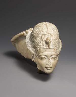 Detalle de una escultura tallada en piedra caliza de la cabeza del faraón Tutankamón, que forma parte de una exposición en la que se muestran los materiales y objetos que se utilizaron durante el proceso de momificación y entierro de este gobernante que reinó Egipto entre 1361 y 1352 a.C., y que se exhiben  en el Museo Metropolitano de Nueva York (EU).