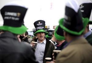 En algunos establecimientos se puede apreciar que se vende cerveza teñida verde para la festividad.