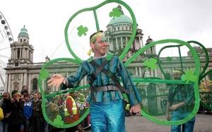 Más de medio millón de personas recorrieron los 3 kilómetros (2 millas) del tradicional desfile en Dublín, bajo cielos inusualmente azules para estas tierras acostumbradas a la lluvia y el viento.