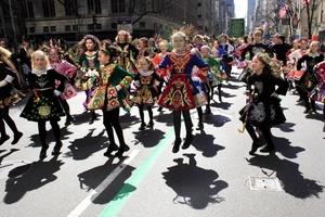 Hasta 250 mil personas marcharon por la Quinta Avenida de Manhattan en el desfile más antiguo y grande que se realiza en el día de San Patricio.