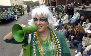 Las danzas en Dublín y los desfiles en Nueva York, repletos de personas en faldas escocesas y pintura corporal verde, encabezaron celebraciones mundiales por el día de San Patricio.