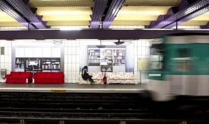 Varios sofás sustituyen los habituales asientos de plástico en la parada del metro parisino de Concorde, en París, Francia, como parte de una campaña publicitaria de la firma Ikea.