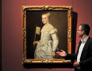 El conservador de arte italiano Andreas Henning muestra la pintura La mujer de blanco del pintor italiano Titian aka Tiziano Vecelli que se encuentra expuesta en la Galería de los Grandes Maestros en Dresde, Alemania.