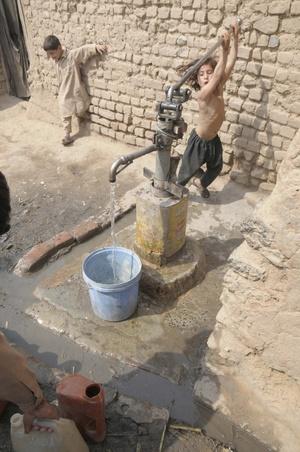 El nivel subterráneo del agua ha caído y el agua se ha vuelto salobre. Los paquistaníes sufren escasez de agua debido a la sequía y al bajo nivel de los embalses. El Día Mundial del Agua se ha celebrado cada año desde 1993.