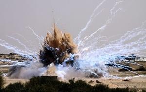 Municiones de fósforo blanco hacen explosión en la ciudad de Rafah, al sur de la Franja de Gaza. Esta munición, propiedad de Hamas, fue explosionada por oficiales de Naciones Unidas de forma controlada.