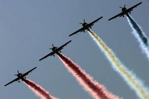 Escuadrilla de alta acrobacia Los Halcones de la Fuerza Aérea de Chile (FACH) llevan a cabo una exhibición aérea durante la ceremonia de inauguración de la Feria Internacional del Aire y el Espacio (FIDAE), que se lleva a cabo en Santiago (Chile).