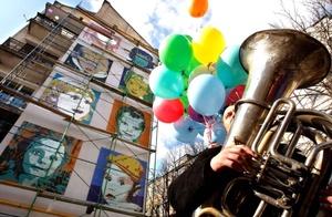 Un músico ucraniano toca la tuba durante una manifestación contra la construcción de una torre de pisos junto a la catedral de Santa Sofía, en Kiev, Ucrania.