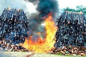 Armas de fuego arden durante una ceremonia de destrucción de armas de fuego ilegales recuperadas en los campos Uhuru en Nairobi, Kenia.