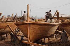 Artesanos paquistaníes construyen y reparan naves nacionales e internacionales, se encuentran estratégicamente situados entre el Asia meridional y la región del golfo Pérsico.